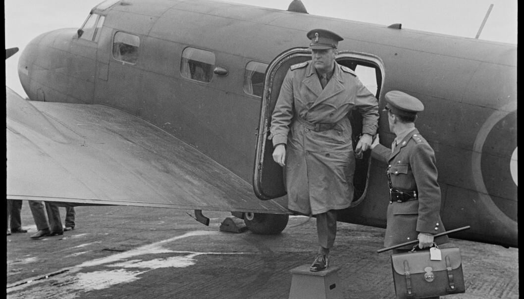 FORSVARSSJEF: Kronprins Olav går ut av flyet på Isle of Man i 1944.
