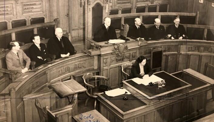LAGMANNSRETTEN: Åpningsmøtet av Den norske lagmannsrett i London. På lagmannsplassen sitter ambassadør Erik Colban.