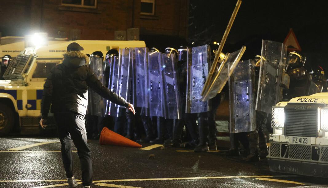 BRANNBOMBER: De voldelige protestene i Belfast har pågått i seks dager. Torsdag kveld ble det på nytt kastet gjenstander og brannbomber mot politiet.