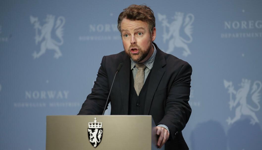 ENDRING: Regjeringen la fredag frem et forslag om endringer i særaldersgrensen. Avbildet ser du arbeids- og sosialminister Torbjørn Røe Isaksen.
