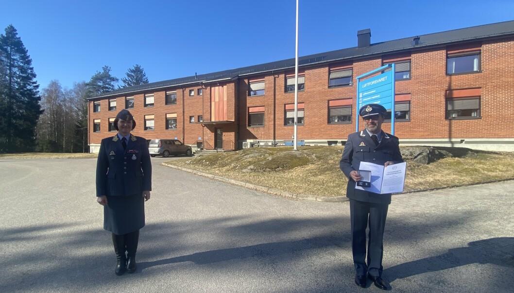 Sjefen for Luftforsvaret, Tonje Skinnarland tildelte major Peder Noteng de to utmerkelsene, den ene på vegne av det amerikanske forsvarsdepartementet.