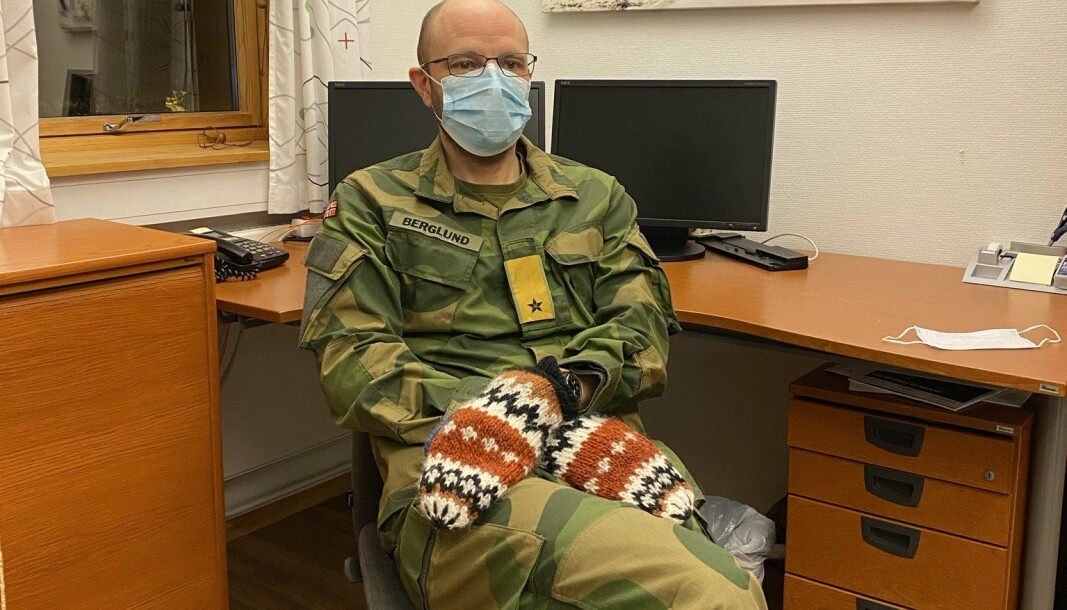 NYHETSJUNKIE: Brigadesjef Pål Eirik Berglund kaster seg over diverse nettaviser på morgenkvisten. Her har han også plukket opp en trend etter presidentinnsettelsen i USA i januar.