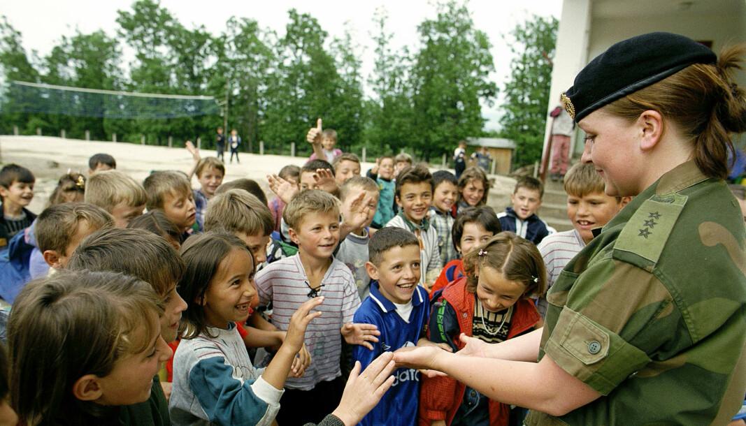 Forsvaret har ikke fulgt opp satsingen på «gender», skriver Lena P. Kvarving. Her ser vi en norsk offiser med kosovoalbanske skolebarn i 2002.