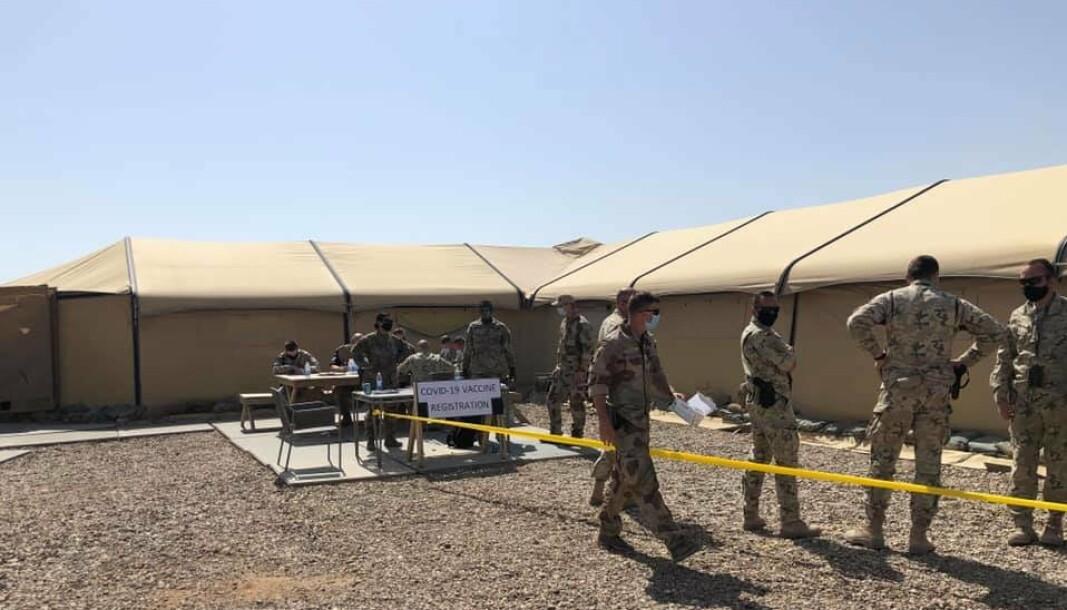 VISER SEG FREM: Hæren har lagt ut dette bildet fra Irak på Facebook med teksten «De norske sanitetssoldatene vaksinerte 160».