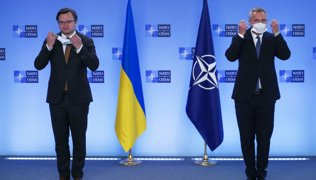 BEKYMRET: Nato-sjef Jens Stoltenberg møtte tirsdag Ukrainas utenriksminister Dmytro Kuleba i alliansens hovedkvarter i Brussel.