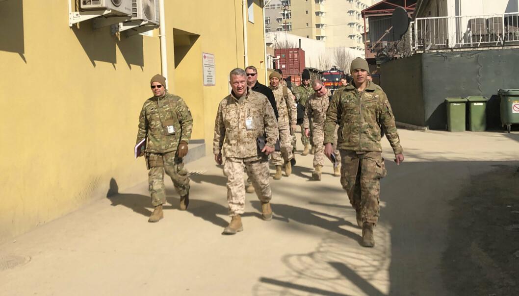 REISER: USAs øverstkommanderende i Midtøsten, general Frank McKenzie, under et besøk i Kabul tidligere i år.