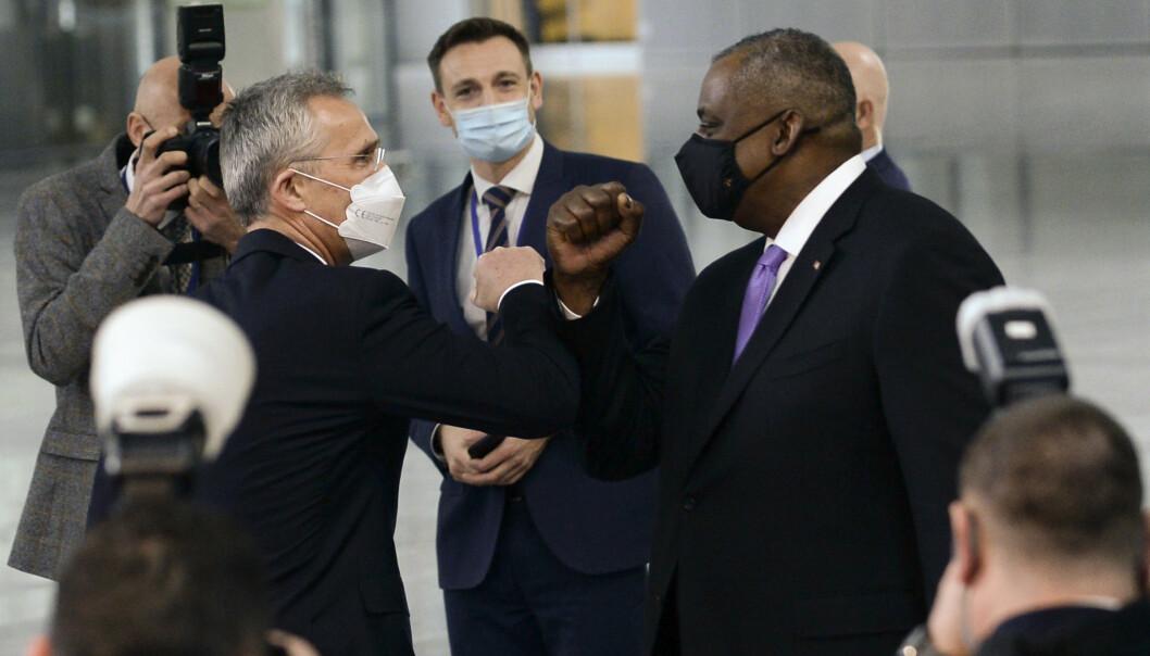 MØTE: Natos generalsekretær Jens Stoltenberg hilser med albuen på USAs forsvarsminister Lloyd Austin i Natos hovedkvarter i Brussel 14. april.