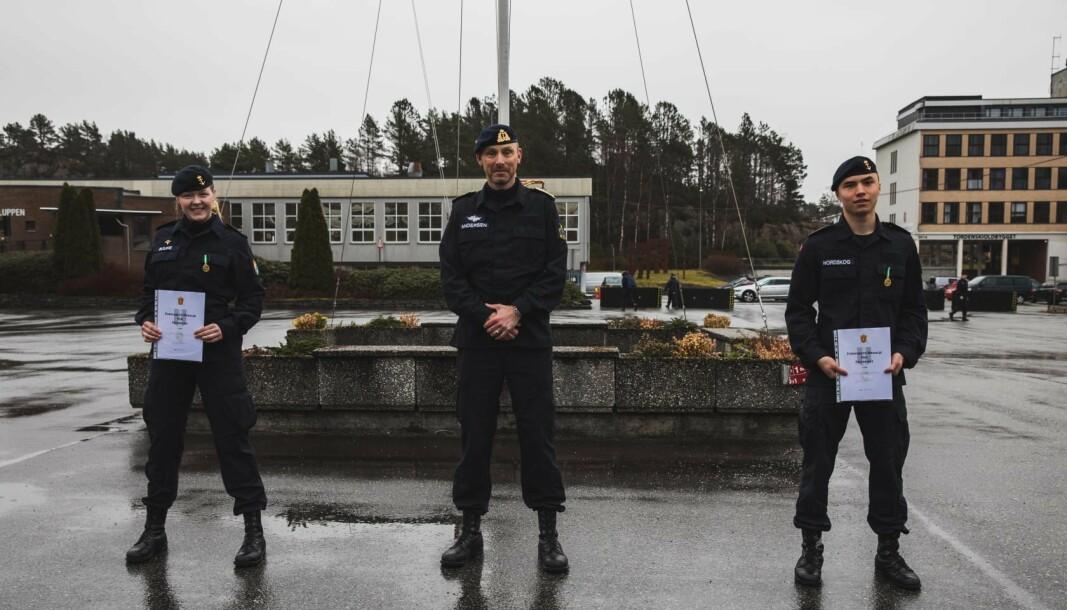 MEDALJER: Ledende menig Emma Bjune og Jan Nordskog er de første menige i Sjøforsvaret til å motta feltsportmedaljen.