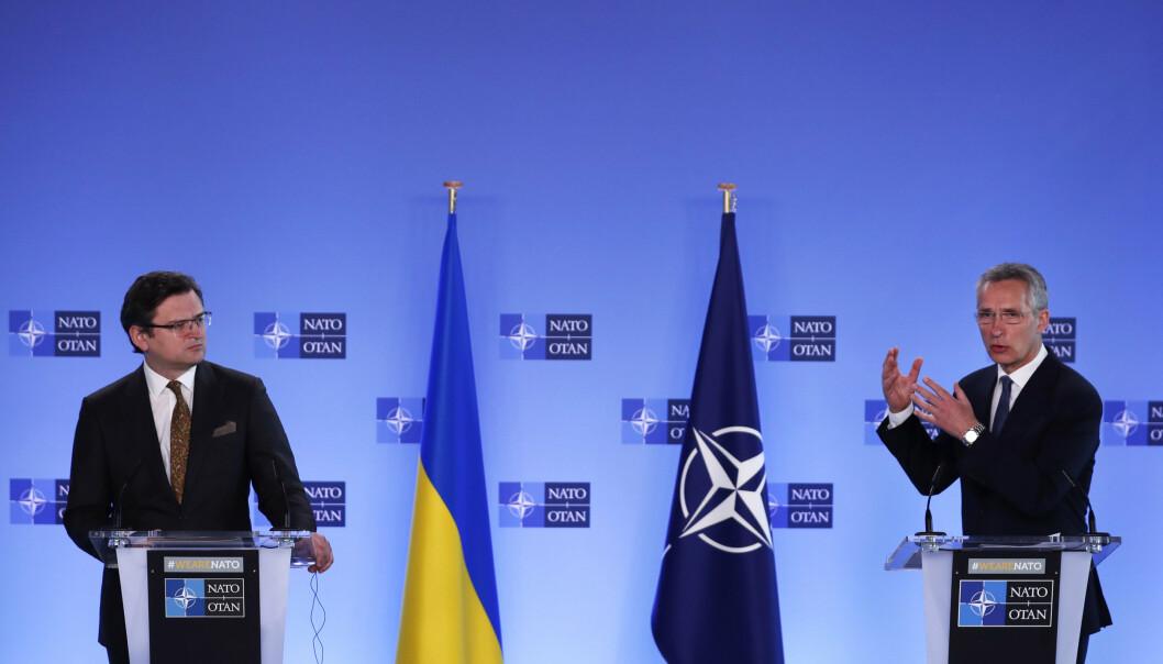 MØTE: Ukrainas forsvarsminister Dmytro Kuleba og Natos generalsekretær Jens Stoltenberg holdt tirsdag pressekonferansen om konflikten langs grensa mellom Ukraina og Russland.