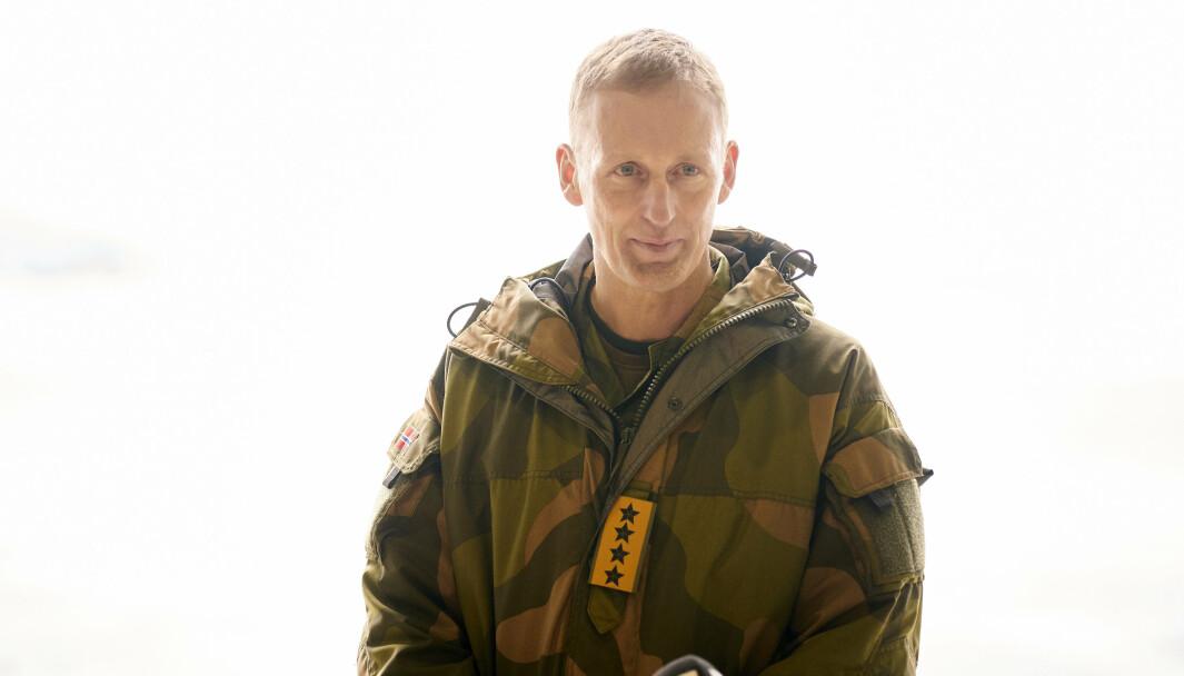 Forsvarssjef Eirik Kristoffersen under et besøk på Ørland flystasjon.
