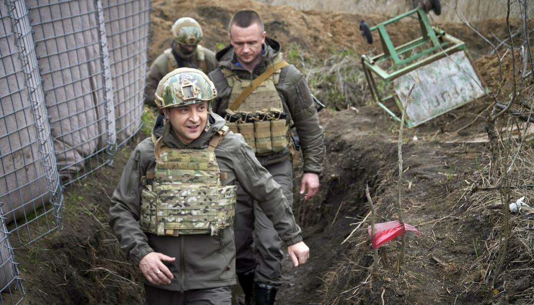 SKYTTERGRAV: Ukrainas president Volodymyr Zelenskyj besøker frontlinjene 9. april.