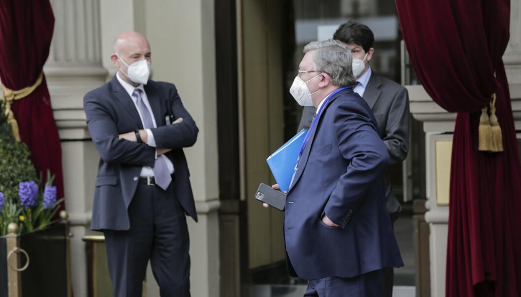 WIEN: Mikhail Ulyanov, Russlands ambassadør til IAEA ankommer Grand Hotel Wien hvor kjernefysiske samtaler med Iran foregår i Wien, Østerrike, torsdag 15. april 2021.