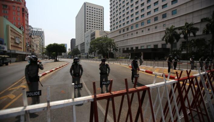 DEMONSTRASJONER: Fra kontorbygget Telenor og Yara leier lokaler i, kunne man ifølge Bistandsaktuelt se sperringene mot de daglige demonstrasjonene i februar.