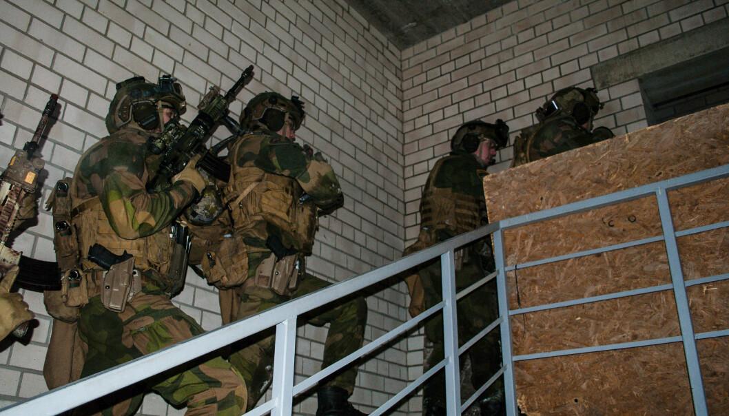 PÅ NATO-OPPDRAG: Norge har rundt 140 soldater i Litauen. Bildet viser norske soldater som trener på strid i bebygd område i Litauen.