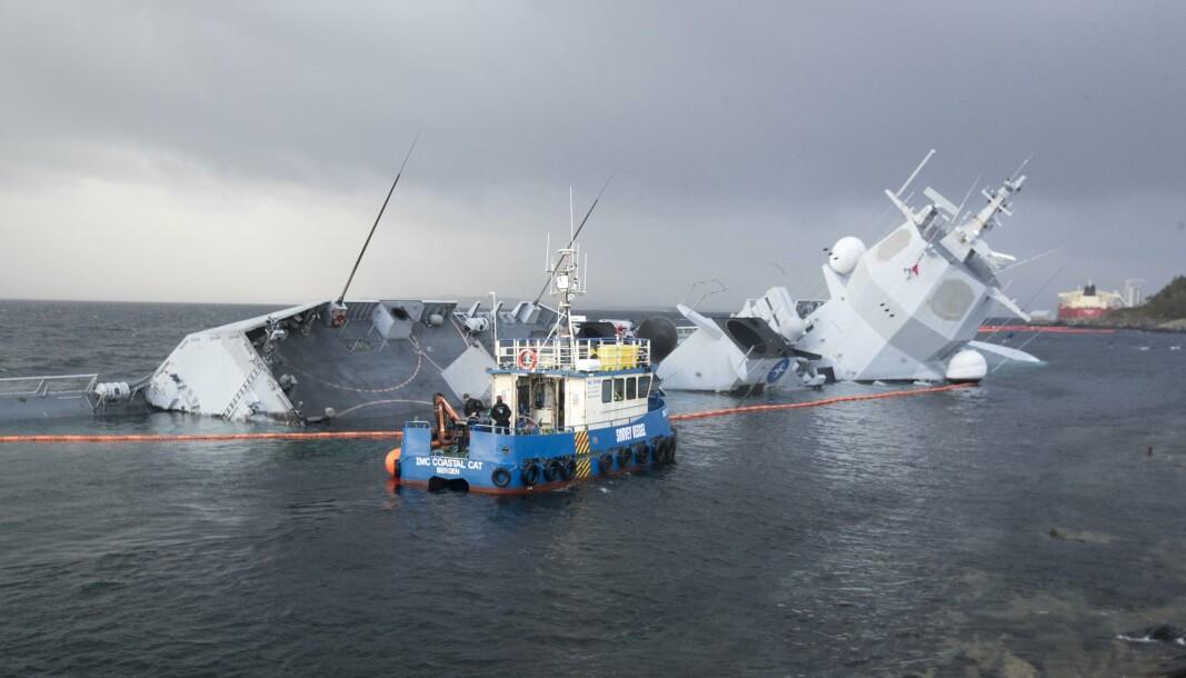 KNM HELGE INGSTAD: Ved skadestedet i Øygarden etter at fartøyet kolliderte med et tankskip og fikk store skader.