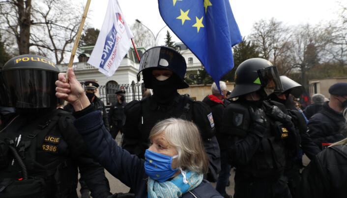 DEMONSTRASJONER:: Det var demonstrasjoner foran Russlands ambassade i den tsjekkiske hovedstaden Praha søndag.