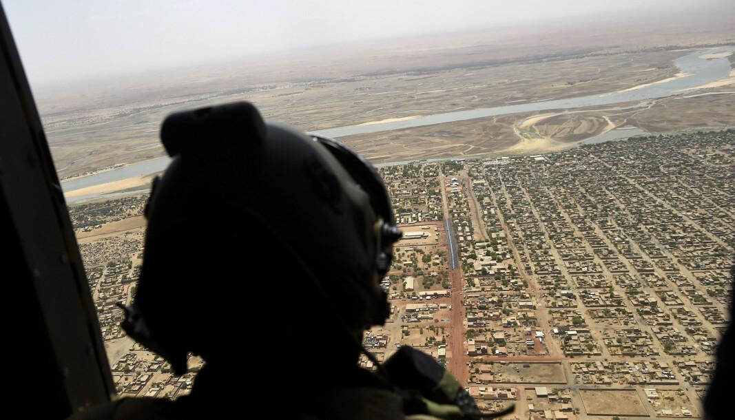 ARKIVBILDE: Et fransk militært helikopter flyr over Gao, under et besøk fra den franske presidenten Emmanuel Macron. Nå er en fransk journalist kidnappet i Mali.