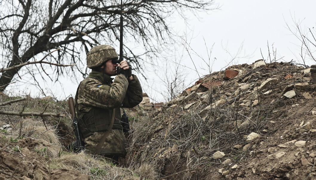 FRONTLINJE: En ukrainsk soldat på frontlinjen mot prorussike separatister i nærheten av Donetsk. Det har den siste tiden pågått en russisk styrkeoppbygging langs grensen mot Ukraina.