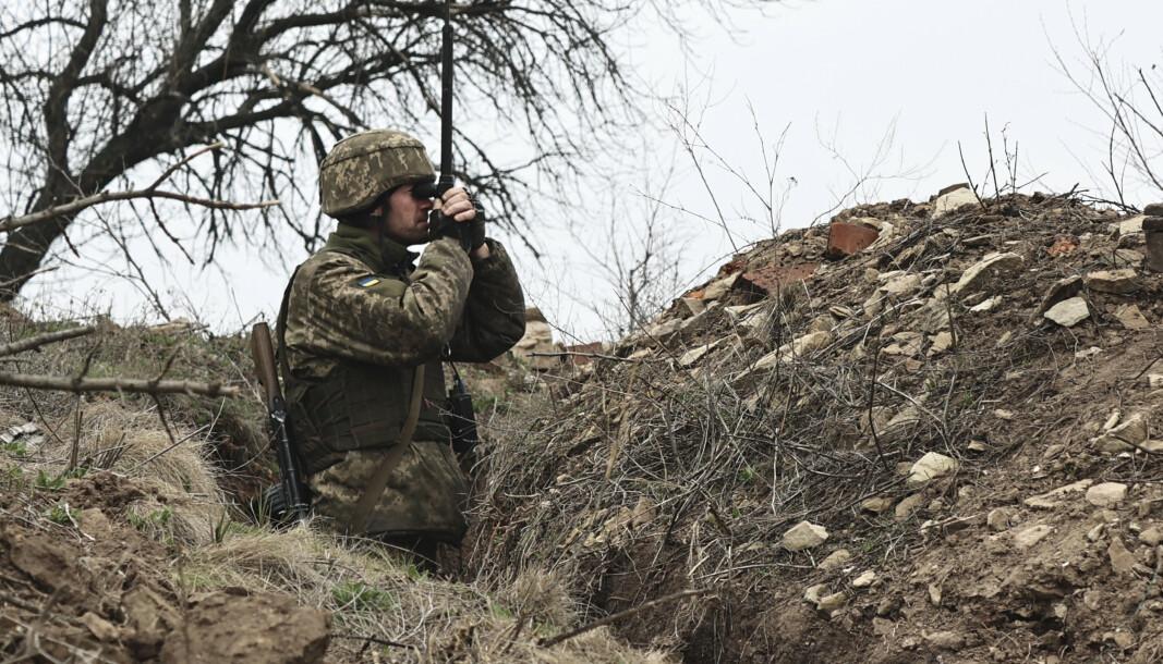 DONETSK: En ukrainsk soldat studerer frontlinjen mot den russiskstøttede utbryterrepublikken Donetsk.