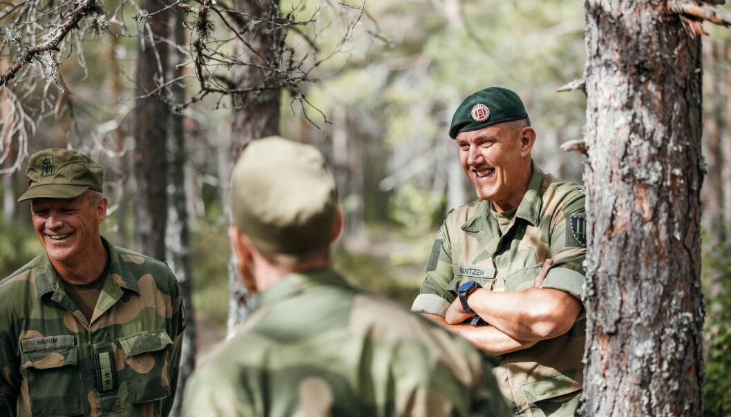 ØKNING: Det er gledelig å se at militær lederutdanning, vårt yrke og samfunnsoppdrag appellerer til så mange unge, sier Henning-A. Frantzen (t.h.), som er sjef for Forsvarets høgskole.