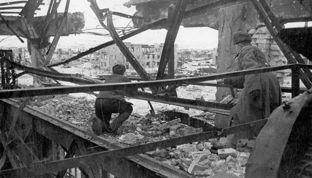 MOTSTANDSVILJE: Russere i et utbombet industribygg i Stalingrad i 1942. Det fem måneder lange slaget om Stalingrad ble et symbol på sovjetisk motstandsvilje stilt overfor nazistenes overfall og markerte et viktig vendepunkt i krigen.