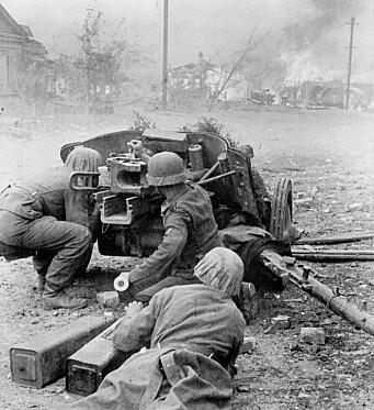 GATEKAMPER: Tyske soldater med antitankskyts i Stalingrad i 1942.