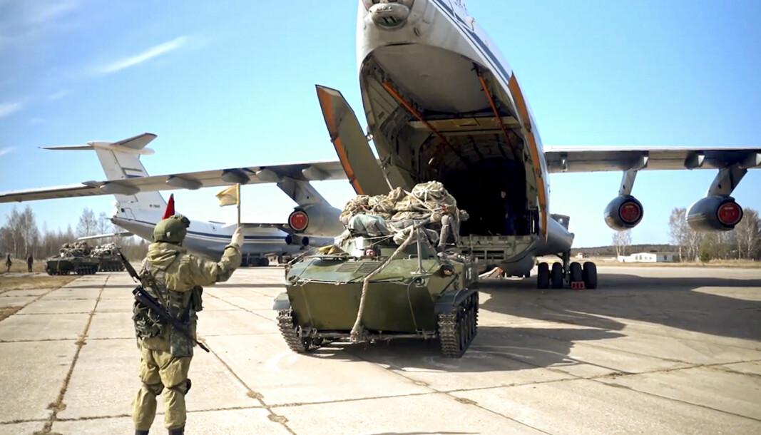 TREKKES TILBAKE: Et russisk stridskjøretøy lastes ombord i et fly i forbindelse med russiske øvelser på Krim.