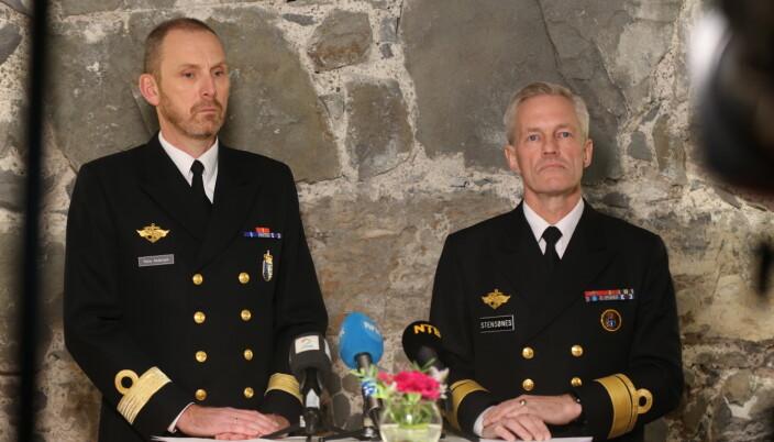 FØRSTE RAPPORT: Rune Andersen (t.v) og hans forgjenger som sjef Sjøforsvaret, Nils Andreas Stensønes. Avbildet på pressekonferansen i forbindelse med delrapport 1 i 2019.