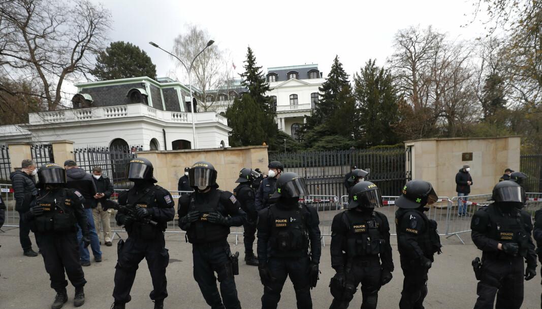 AMBASSADE: Opprørspoliti utenfor den russiske ambassaden i Praha. Tsjekkia anklaget russisk etterretningstjeneste for å stå bak en kraftig eksplosjon ved et ammunisjonslager i 2014.
