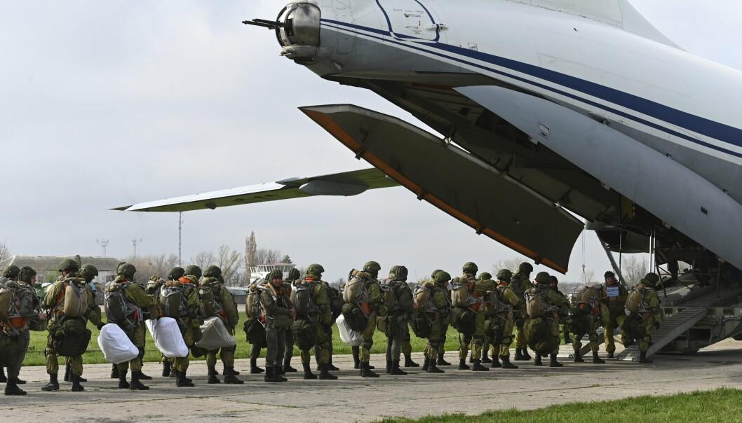 TREKKES TILBAKE: Russiske fallskjermsoldater under en øvelse 22. april. Dagen etter begynte tilbaktrekningen av styrker fra grensen mot Ukraina.