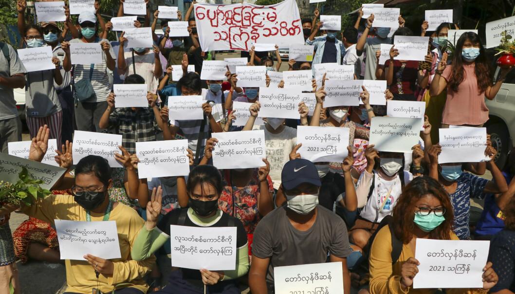 BOIKOTT: Demonstranter fordømmer militærjuntaen under markeringen av Thingyan-festivalen torsdag 13. april i Yangon, Myanmar. Mange aktivister boikottet den offisielle feiringen, som er landets Nyttårsaften.