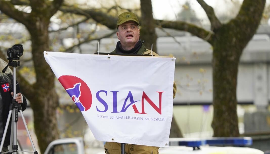 LØRDAG: 24. april i Sandvika, demonstrerte Lars Thorsen for SIAN, ikledd Hærens feltlue.