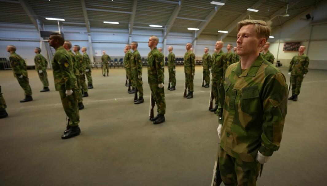 Her trener Midtbø sammen med Drilltroppen