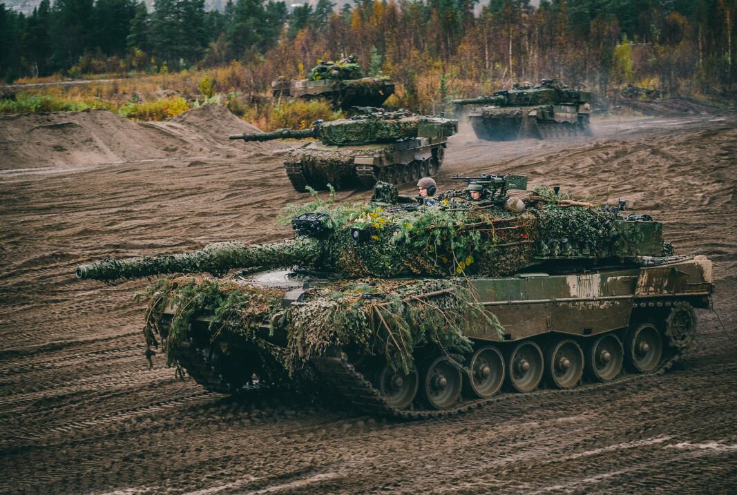 NORD-NORGE: Leopard 2A4NO stridsvogner fra Panserbatataljonen i Brigade Nord under øving på Fossmofeltet. Forsvaretssektoren gir penger til nærområdene, mener regjeringen.