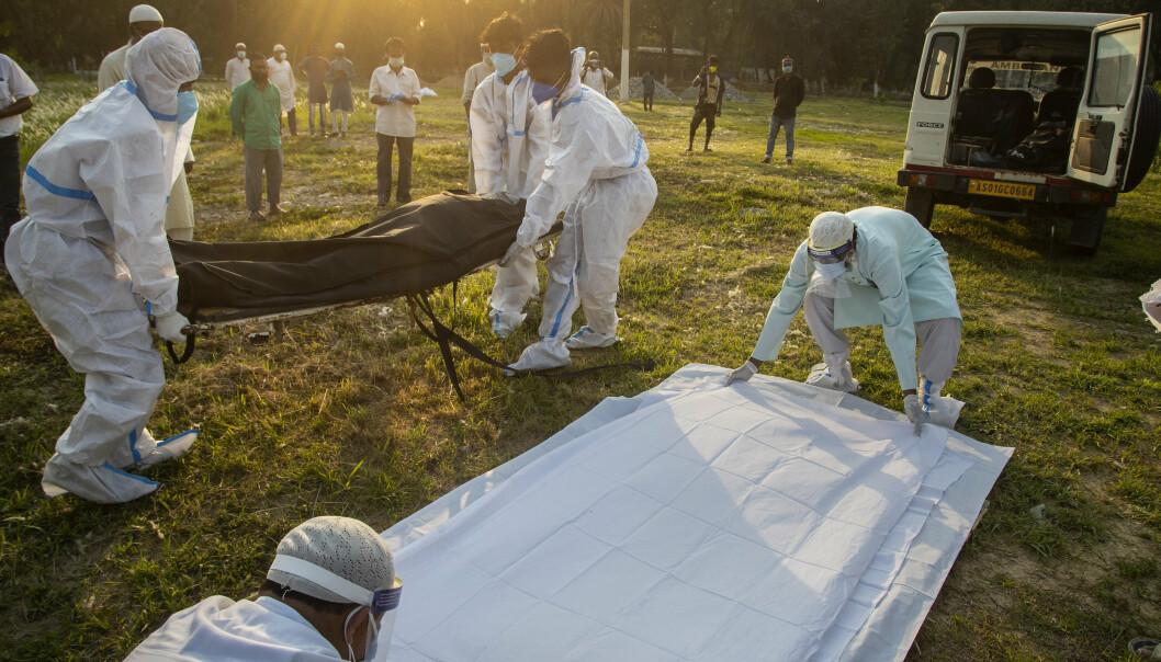 Begravelsen av en person som døde av covid-19, forberedes i Gauhati i India.
