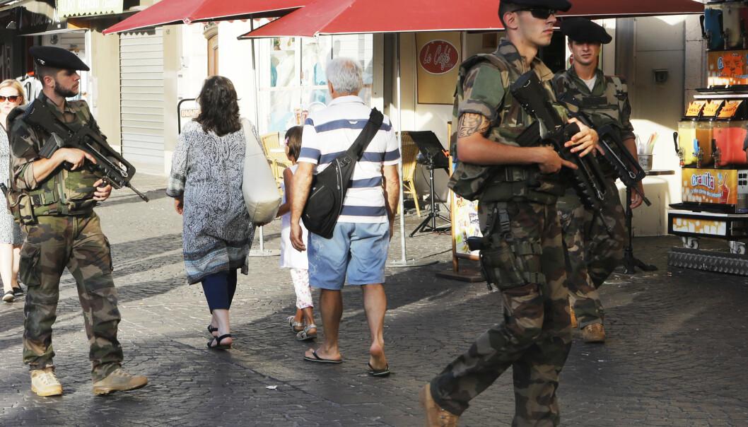 PATRULJE: Franske soldater risikerer straff etter å ha skrevet under på et et opprop. Her ser vi franske soldater på patrulje på den franske riviera i Antibes i 2017.