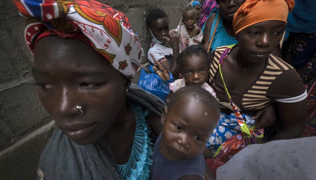 FLYKTER: Kvinner og barn venter på hjelp ved et senter for flyktninger i Pemba i Mosambik etter å ha blitt fordrevet. Det er ennå ikke kommet en klar oversikt over antall døde etter angrepet for en drøy måned siden.