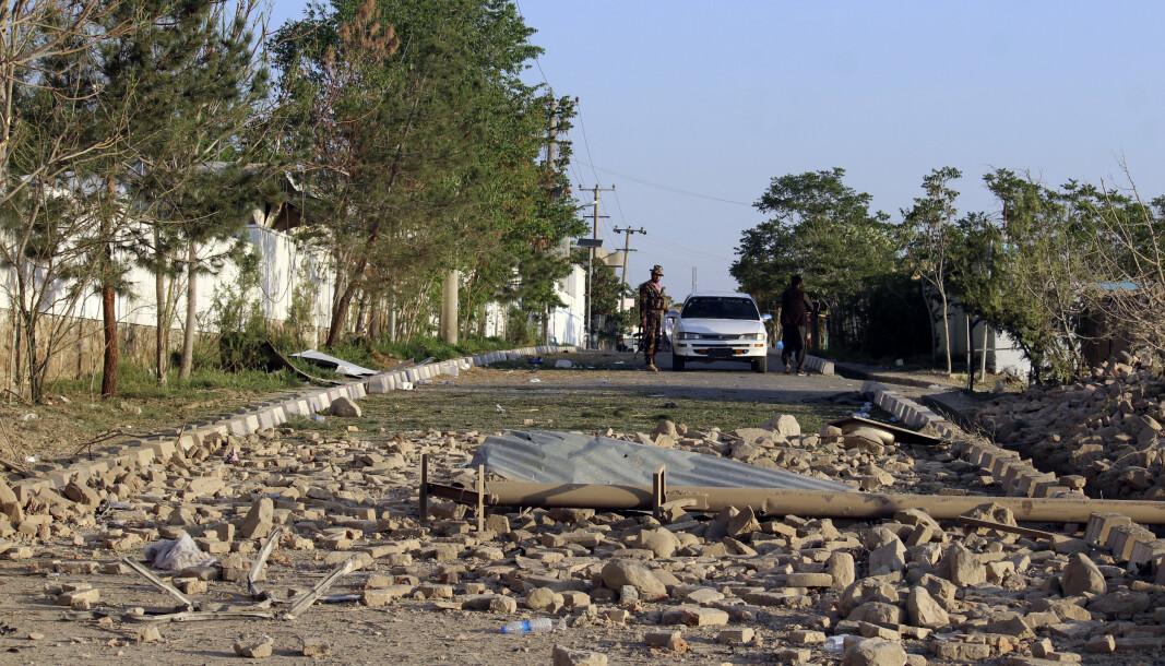LOGAR: Afghanske soldater ved stedet hvor en bilbombe eksploderte i Logar, øst for Kabul.