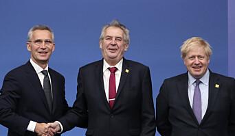 Tsjekkias president Milos Zeman (i midten) sammen med Jens Stoltenberg og Boris Johnson.
