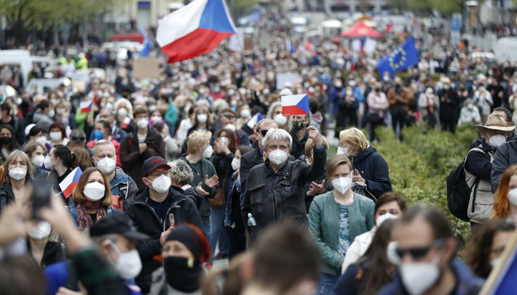 DEMONSTRASJON: Tusenvis av tsjekkere demonstrerer mot Milos Zeman. Demonstrantene anklager presidenten for landsforræderi, grunnet hans prorussiske holdninger.