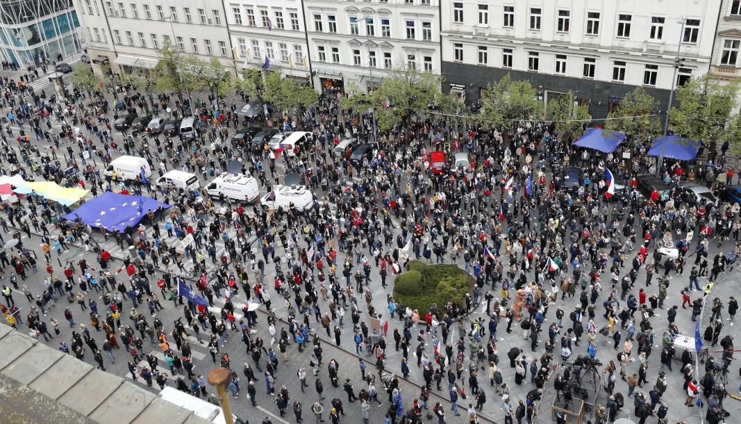 AVSTAND: Tsjekkere demonstrerte mot president Milos Zeman forrige uke. Demonstrantene forsøkte å opprettholde smittevernet.