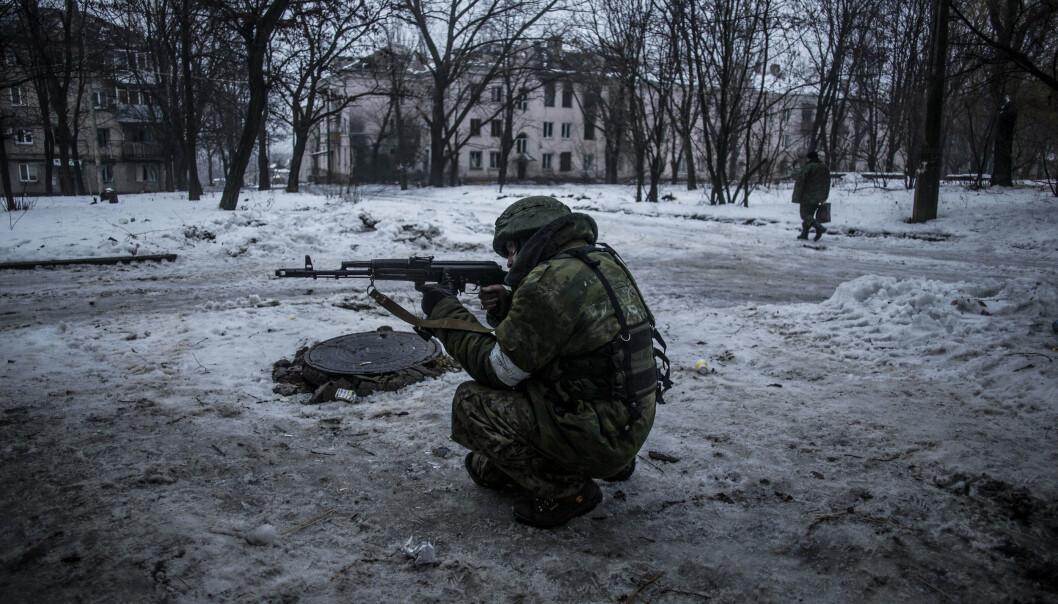 FREMMEDKRIGERE: En russiskstøttet separatist vokter en forsyningslinje i Kievsky-distriktet i Donetsk, tre kilometer fra byens flyplass, 22. januar 2015. Konflikten har tiltrukket seg fremmedkrigere fra hele Europa, og en tsjekkisk paramilitær organisasjon skal ha sendt medlemmer til området helt siden 2015.