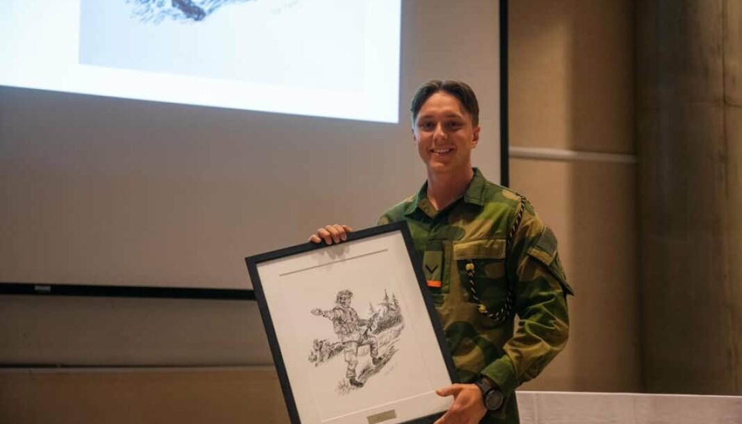 UNIKT BILDE: Ludvik Nordrum sammen med prisen for beste elev.