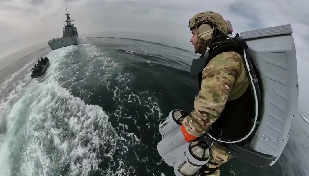 JETPACK: En soldat nærmer seg skiper HMS Tamar under en bordingsøvelse med Royal Marines.