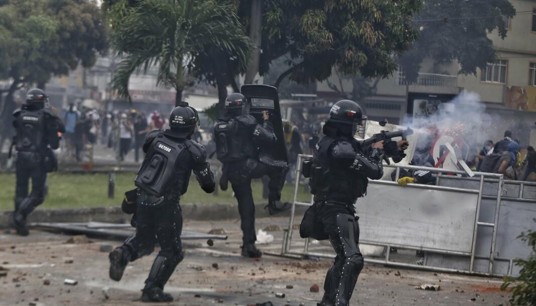 DEMONSTRASJONER: Politiet skyter tåregass mot demonstranter i Colombia. Bakgrunnen for demonstrasjonene er misnøye rundt en planlagt skattereform.