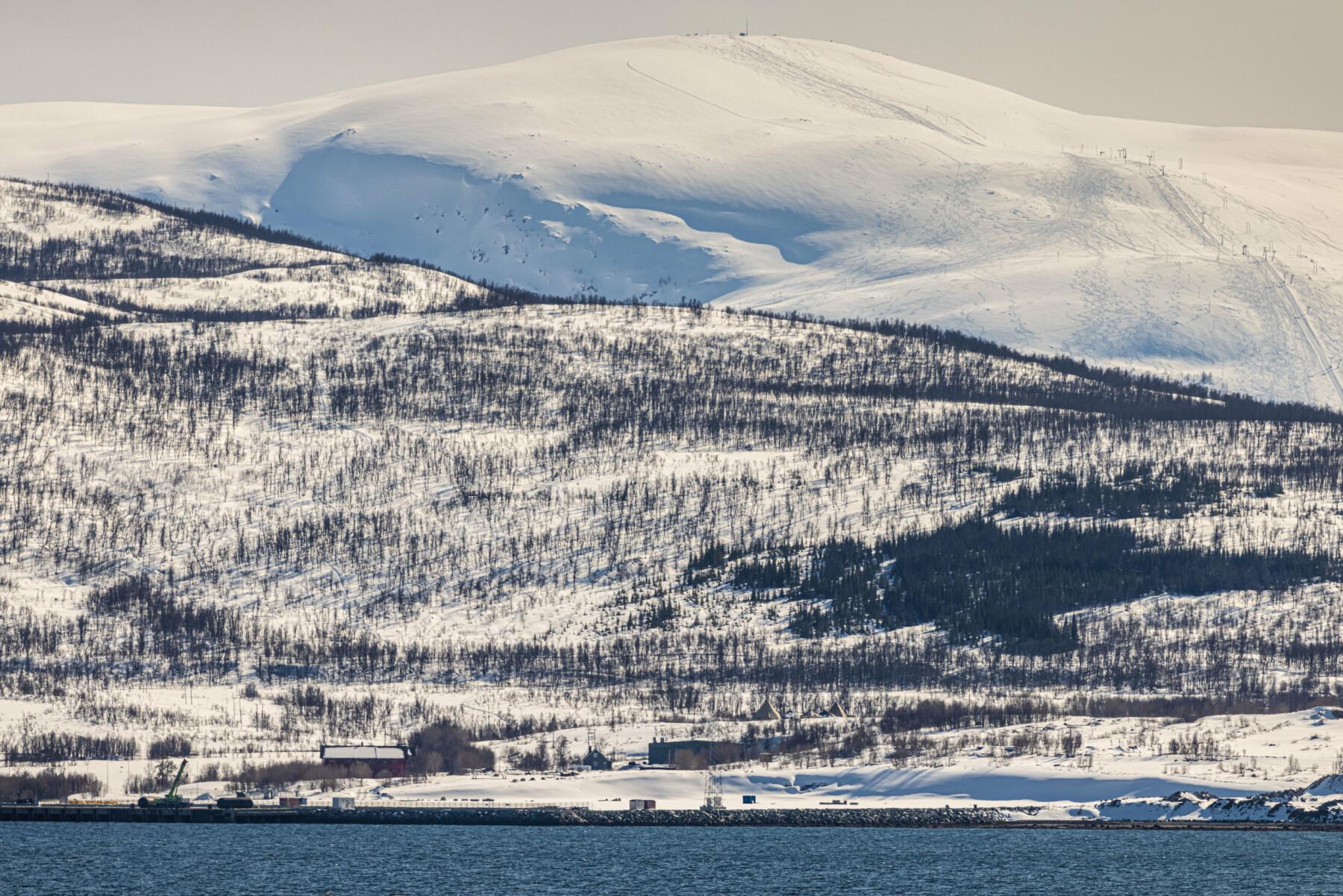 Grøtsund Industrihavn sett fra andre siden av fjorden.