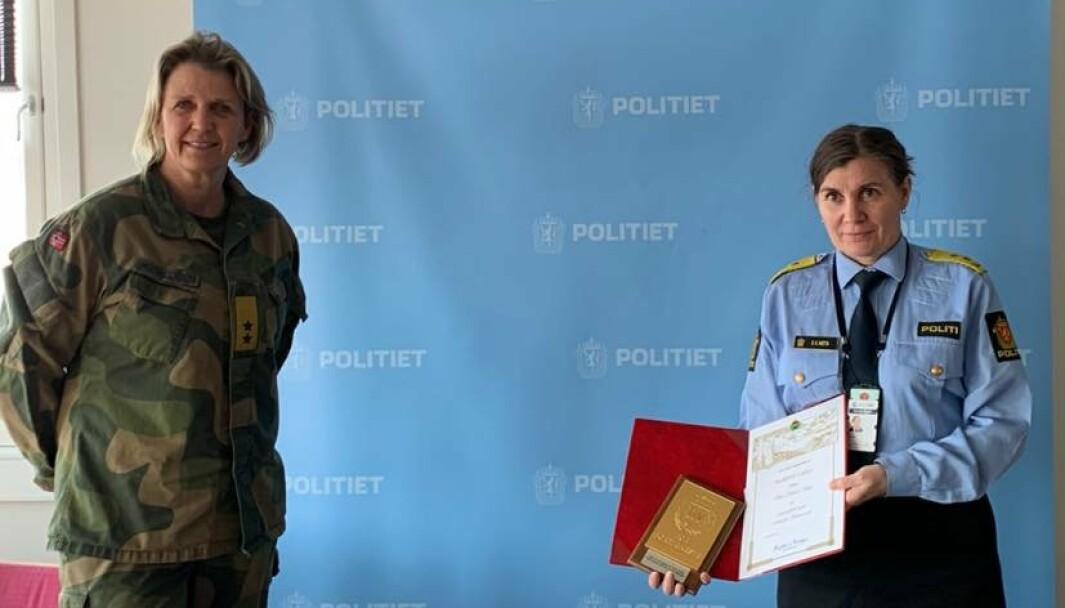 Sjef for Heimevernet og Ellen Katrine Hætta etter tildelingen av gull planketten