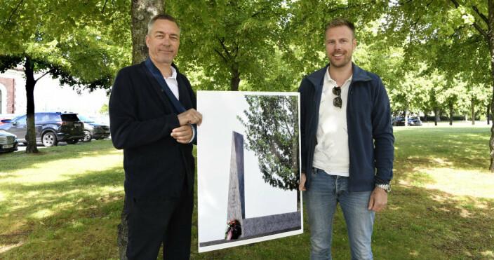 VISTE FREM PLANENE: Forsvarsminister Frank Bakke-Jensen viser frem planen for monumentet, sammen med daværende prosjektleder, Kai Jellum.