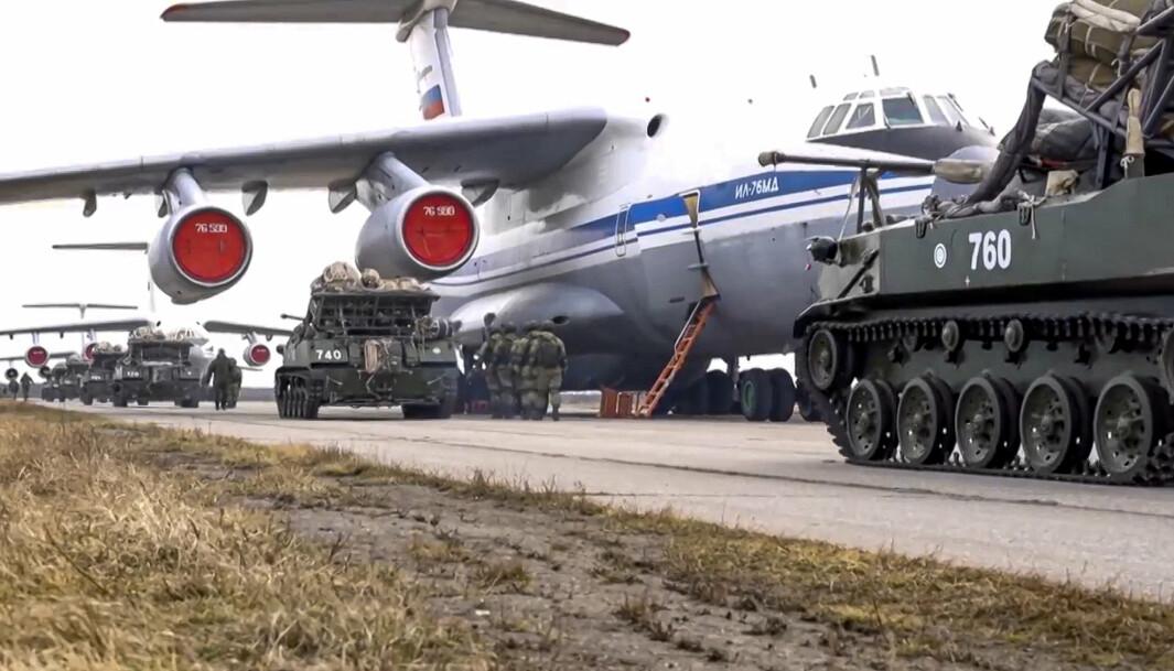 ØVELSE: Russiske fly og kjøretøyer under en øvelse på den annekterte halvøyen Krim 22. april.