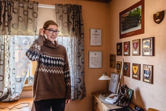 Marthe er tilbake i barndomshjemmet. Her henger crestene til pappa Aksel på veggen.